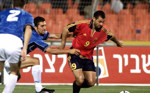 Javi Moreno jugando con la selección española.