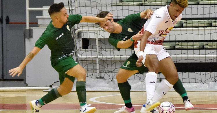 Jesulito y Pablo del Moral encimando a un jugador de ElPozo. Foto: Javi Carrión