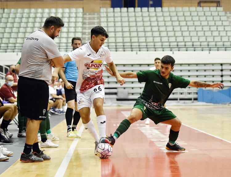 Josan González siguiendo el juego de cerca en el bolo contra ElPozo Murcia. Foto: Javi Carrión