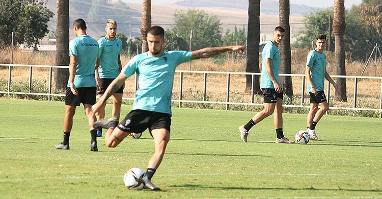 Julio Iglesias antes de golpear el balón en la Ciudad Deportiva.