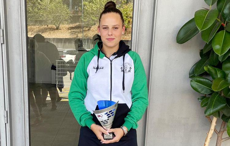 Lucía López con el trofeo conseguido en Cáceres