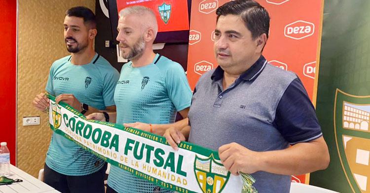 Miguelín posando con García Román y Jesús Rodríguez. Foto: Córdoba Futsal
