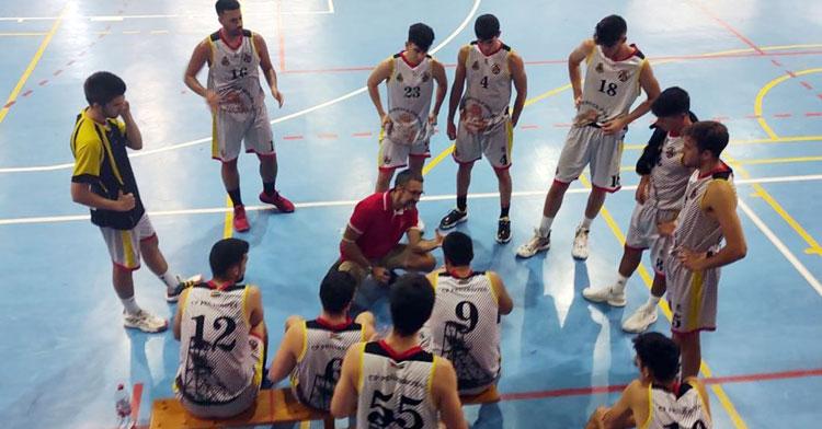 Pablo Orozco se dirige a sus pupilos en un tiempo muerto. Foto: CP Peñarroya