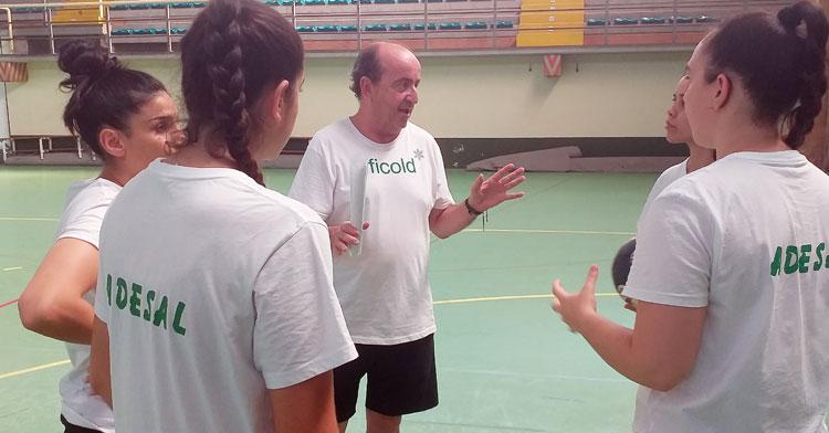Rafa Moreno en una charla con algunos de sus nuevos fichajes
