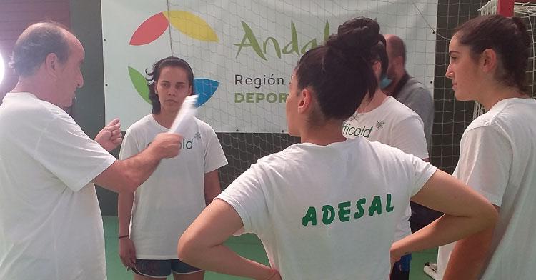 Rafa Moreno dialogando con sus fichajes en un entrenamiento en La Fuensanta