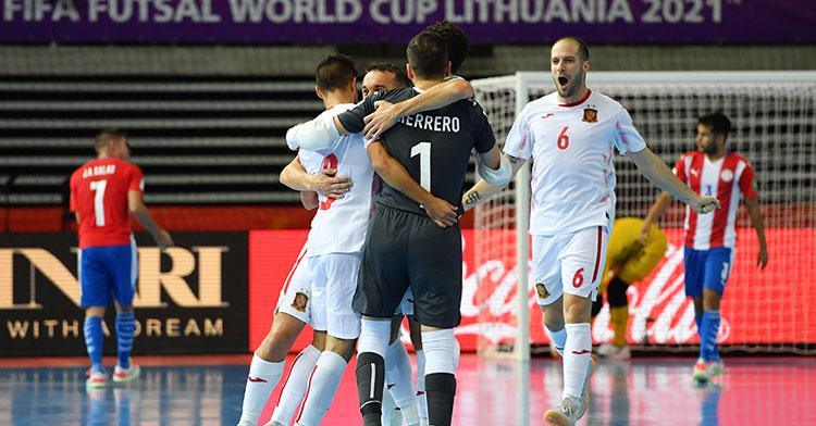 Solano acude a celebrar con sus compañeros uno de los goles de España. Foto: Getty Images