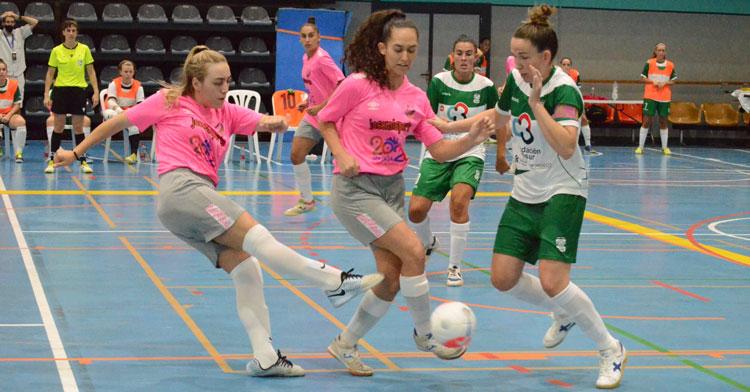 Inma Sojo peleando por la posesión en la final de la Copa de Andalucía. Foto: Rafa Peralta / RFAF