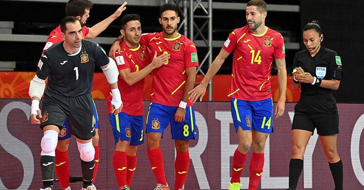 España celebra uno de sus tantos en Klaipeda. Foto: Getty Images