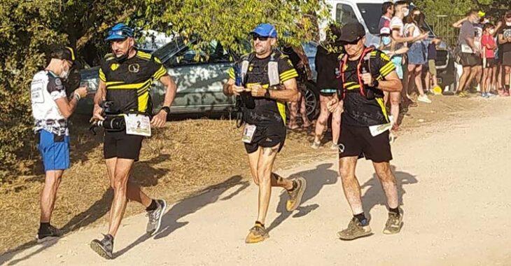 Tres atletas avanzando con paso firme en la Trail Córdoba.