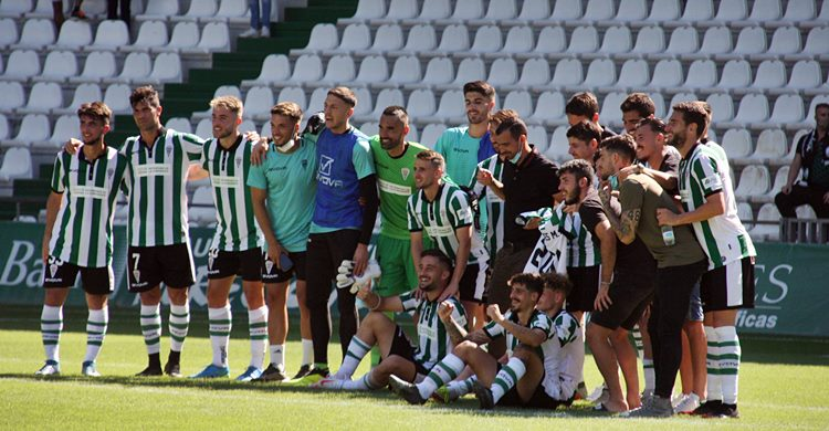 El equipo completo celebra los 201 partidos de Javi Flores y el quinto triunfo de la temporada.