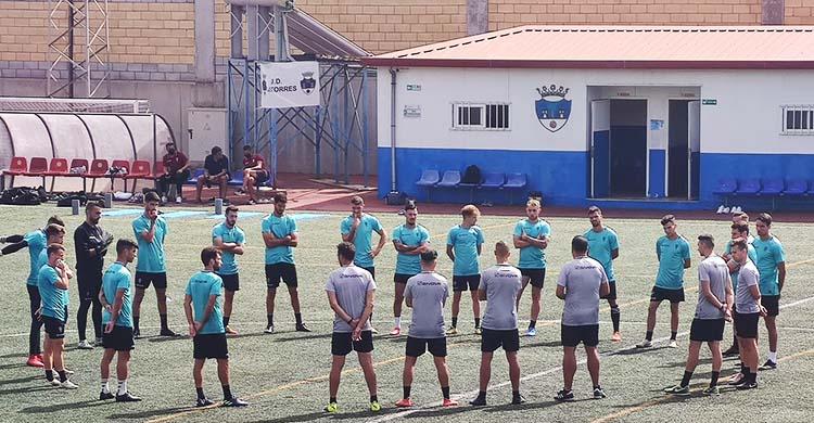 Los expedicionarios blanquiverdes escuchando a Germán Crespo antes de encarar la sesión de entrenamiento sobre el césped artificial del terreno de juego de Las Torres canario.