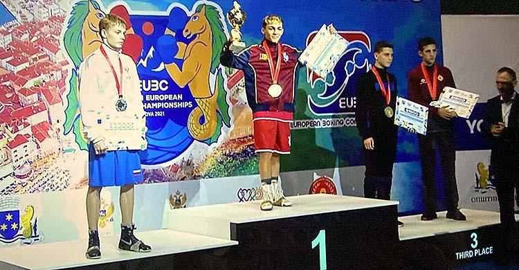 Rafa Lozano en lo más alto del podio tras proclamarse campeón de Europa Joven en Montenegro.