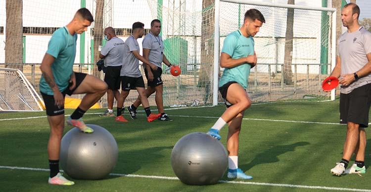 Adrián Fuentes y José Alonso ejercitándose bajo la mirada de Javi Poveda, con Germán Crespo al fondo.