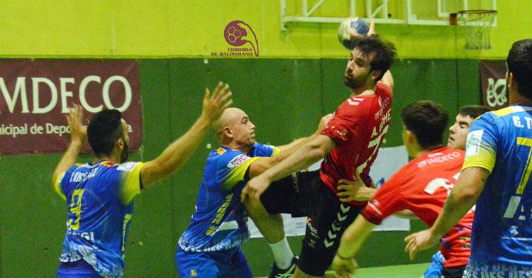 Aitor Gómez volando ante la defensa gerundense. Foto: CBM