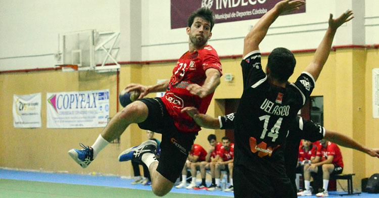 Aitor Gómez volando para lanzar desde 9 metros. Foto: CBM