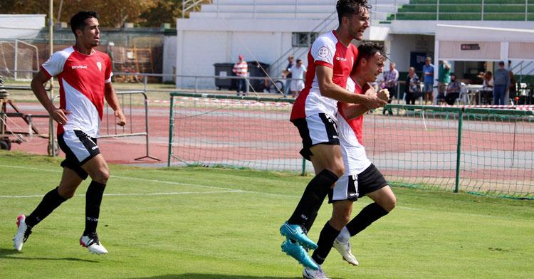 Los jugadores del Córdoba B celebrando el gol de la victoria en Rota. Foto: CCF