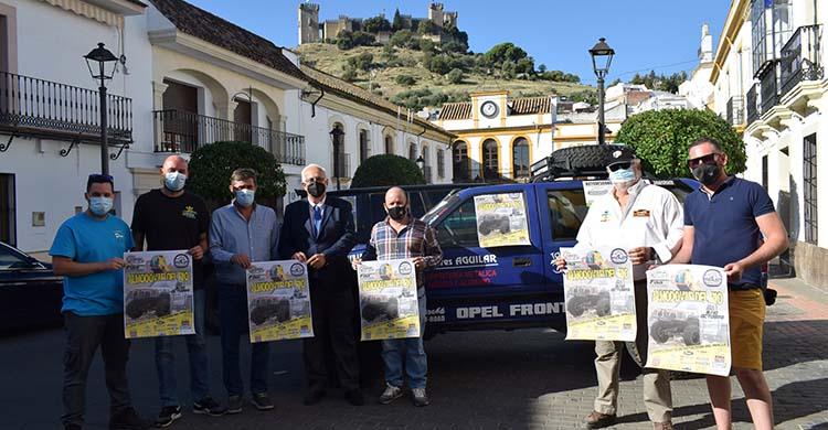 El presidente de la Federación Andaluza de Automovilismo, Manuel Alonso, junto al teniente de alcalde de Almodóvar, Ramón Hernández, y su concejal de deportes, Rubén López.