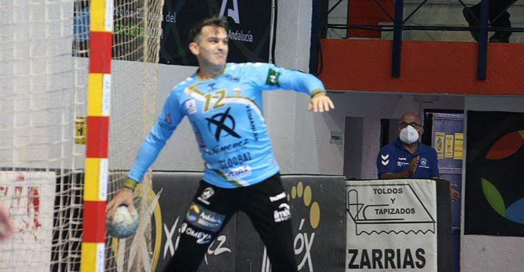 Álvaro de Hita poniendo en juego el balón.