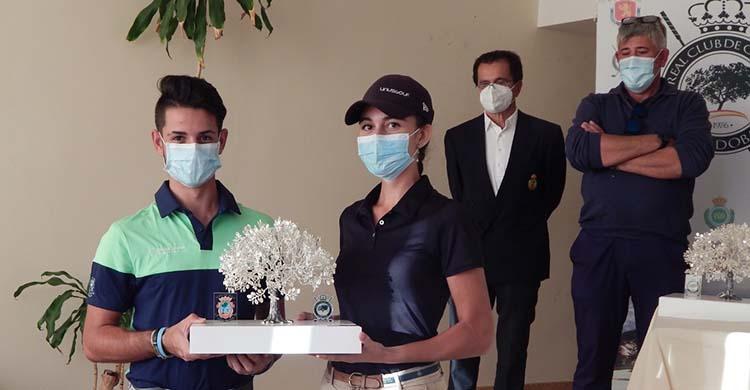 Antonio José Bejarano y Susana Granados mostrando el bonito trofeo del I Campeonato Provincial Absoluto de golf.
