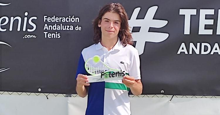 Carlos Díaz posando con su trofeo