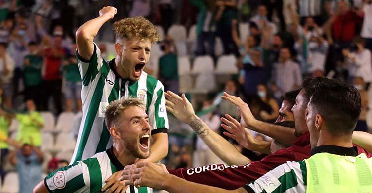 Antonio Casas celebró su primera titularidad liguera sin fallar a su cita con el gol y lo celebró por todo lo alto junto a Simo.