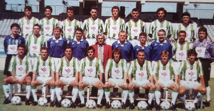 El canario Víctor Bermúdez, el primero sentado a la izquierda en aquella plantilla del Córdoba 94-95 con su paisano Ángel Rodríguez en la fila superior.