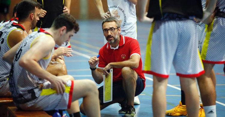 Pablo Orozco hablando a sus jugadores en un tiempo muerto. Foto: FAB Córdoba