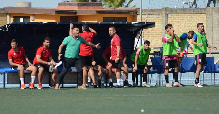 Emilio Fajardo dirigiendo a su equipo en Utrera. Foto: Xerez CD