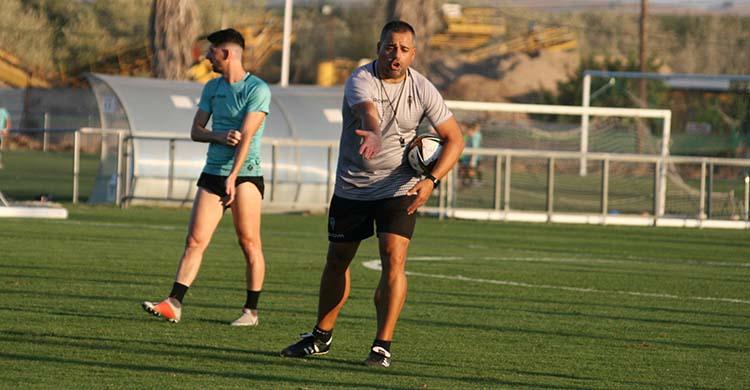 Germán Crespo dando instrucciones con Javi Flores al fondo.