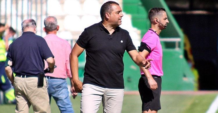 Germán Crespo dirigiendo al equipo desde la banda. Foto: CCF