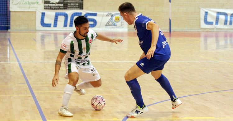 Jesulito intentando el caracoleo ante un rival del Manzanares. Foto: Córdoba Futsal