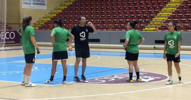 Juanma Cubero hablando a sus jugadoras en Vista Alegre