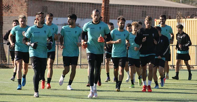 Lluis Tarrés, que podría debutar con el primer equipo bajo palos, corre junto a Felipe Ramos y el resto del grupo.