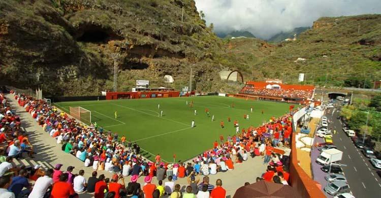 Vista panorámica del estadio Silvestre Carrillo de La Palma bajo el impresionante Barranco de los Dolores.