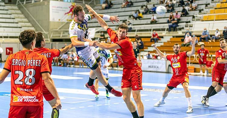 Mitic soltando su zuda ente la defensa del Bada Huesca.