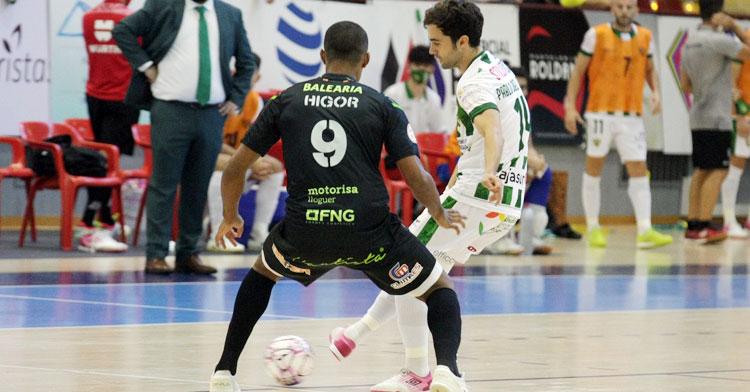 Pablo del Moral da un pase ante Higor, del Palma Futsal. Foto: Córdoba Futsal