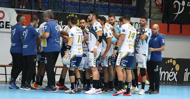 Paco Bustos junto a sus hombres a la salida de un tiempo muerto.