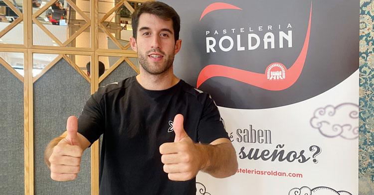 Ismael posando en las instalaciones de Roldán. Foto: Córdoba Futsal