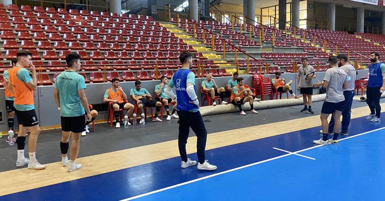 Listos. Los jugadores del Córdoba Patrimonio escuchan a Josan González en una sesión de trabajo. Foto: Córdoba Futsal
