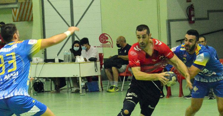 Alberto Requena circulando el esférico en el choque contra Sarrià. Foto: CBM
