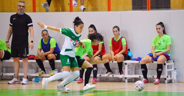Rocío Gracia luchando por una pelota contra una rival