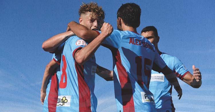 Simo celebrando su gol con Álex Bernal.