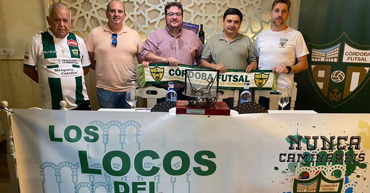 La foto de la puesta de largo del trofeo. Foto: Córdoba Futsal