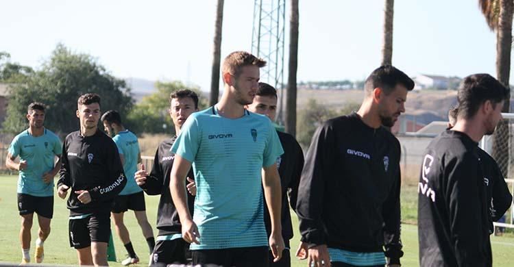 El finés Valtteri, en el centro de la imagen tras José Ruiz, se estrena en una convocatoria con el primer equipo del Córdoba CF.