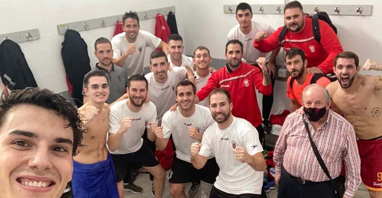 La alegría del vestuario del Beconet Bujalance tras ganar en Dos Hermanas su primer partido como visitante.